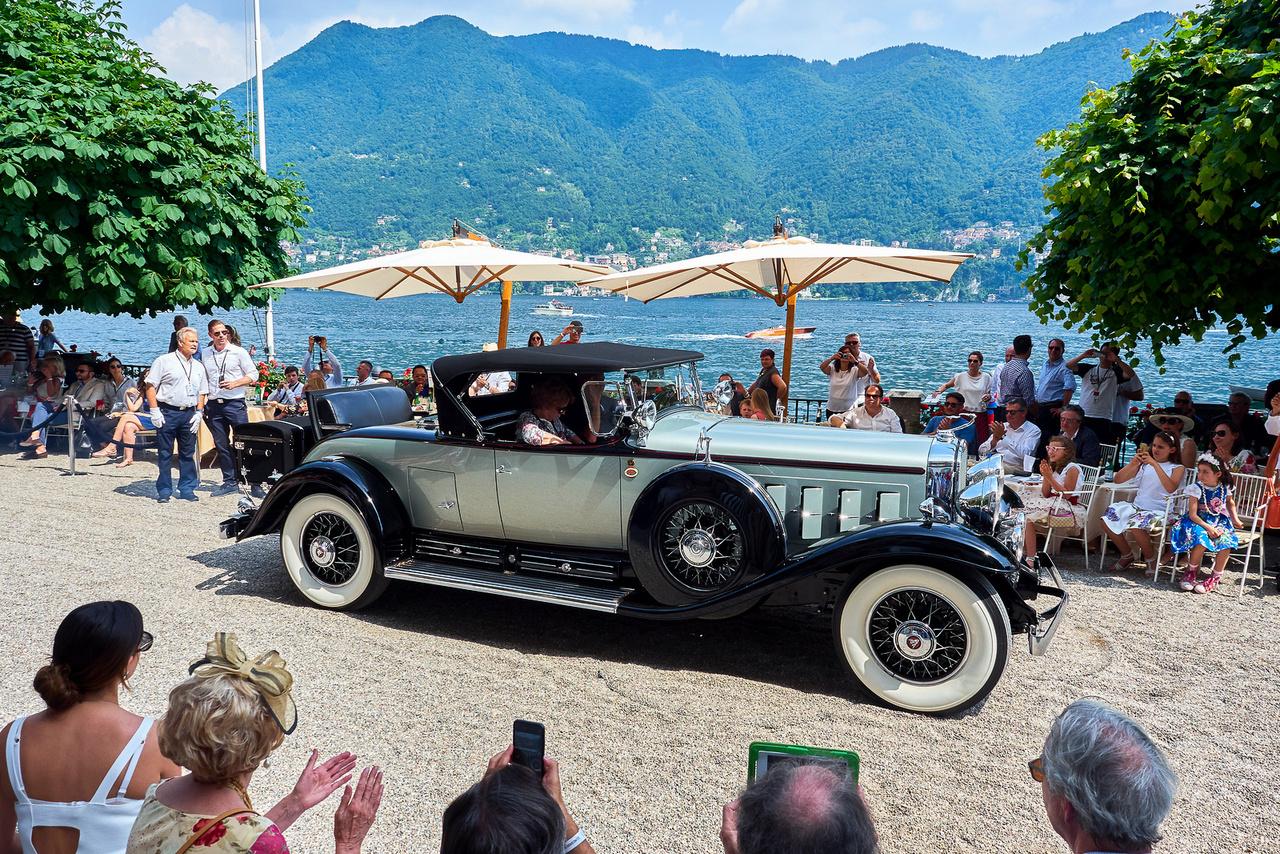 Cadillac V-16, 1930. A világ első tizenhat hengeres kocsija. 7412 köbcentiből 160 lóerő 3400 fordulaton – lehet bent nyomaték rendesen. Három év alatt 3200-nál is több ilyen motorral szerelt autót gyártottak, de közülük csak 105 volt hasonló roadster karosszériás; ötvennégy különféle felépítményből választhattak a kellőképpen gazdagok. A kategória második helye mellé a legjobb restaurálás díját nyerte. És persze tökéletesen passzol ebbe a környezetbe.