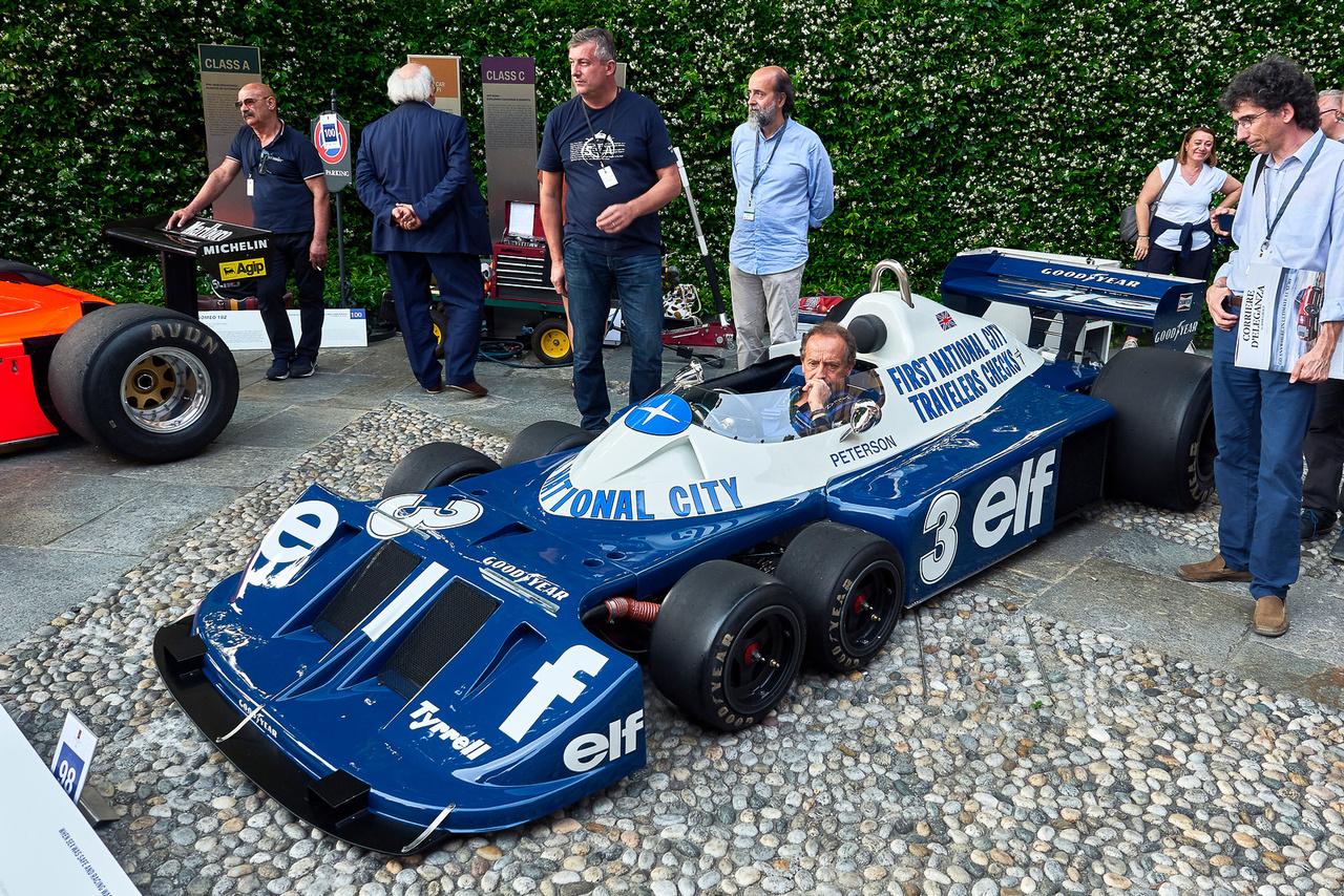 Tyrrell P34, 1977. Ezt az autót mindenki ismeri, még ha egyáltalán nem is érdeklődik a versenyzés iránt. A hatkerekű Tyrrell ritka jellegzetes darab, és nem is annyira elvetélt ötlet, mint a rettenetes híre alapján gondolnánk. Két év alatt tizennégyszer álltak a dobogón – ezt a kocsit Ronnie Peterson hajtotta – és első-második helyezést is sikerült elérniük. Jelenlegi tulajdonosa Pierluigi Martini, egykori F1-versenyző.