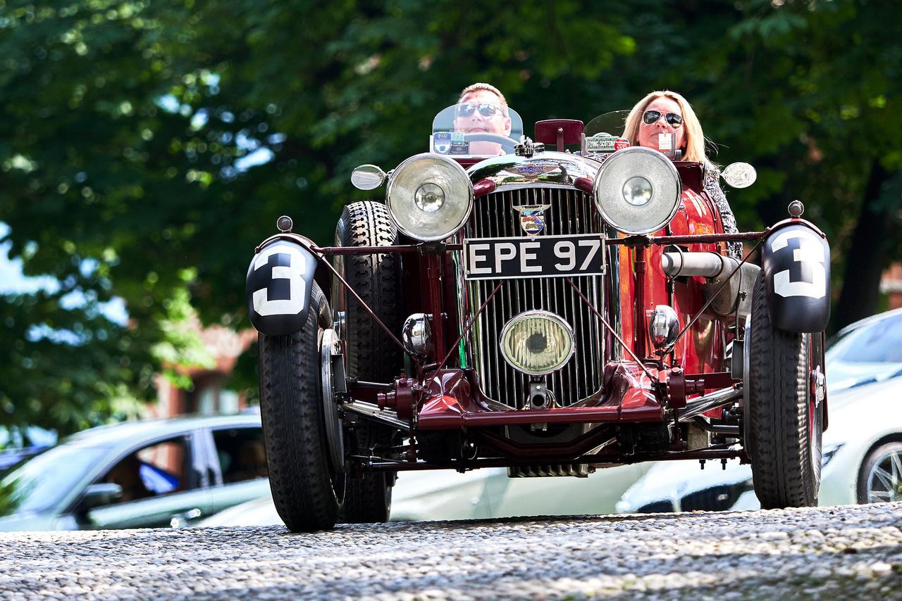 Lagonda LG45 Rapide, 1936. A harmincas évek közepén Angliában a száz mérföld per órás sebesség álomhatárnak számított az utcai kocsiknál, sokan próbálták elérni. 1937 októberében Alan Hess, a Speed magazin kiadója ezzel a hathengeres, 4453 köbcentiből 145 lóerőt produkáló Lagondával 104,44 mérfölddel ment – az több mint 168 km/h. Szép. A kocsit egészen 1964-ig használták versenyeken, aztán 1996-tól megint.