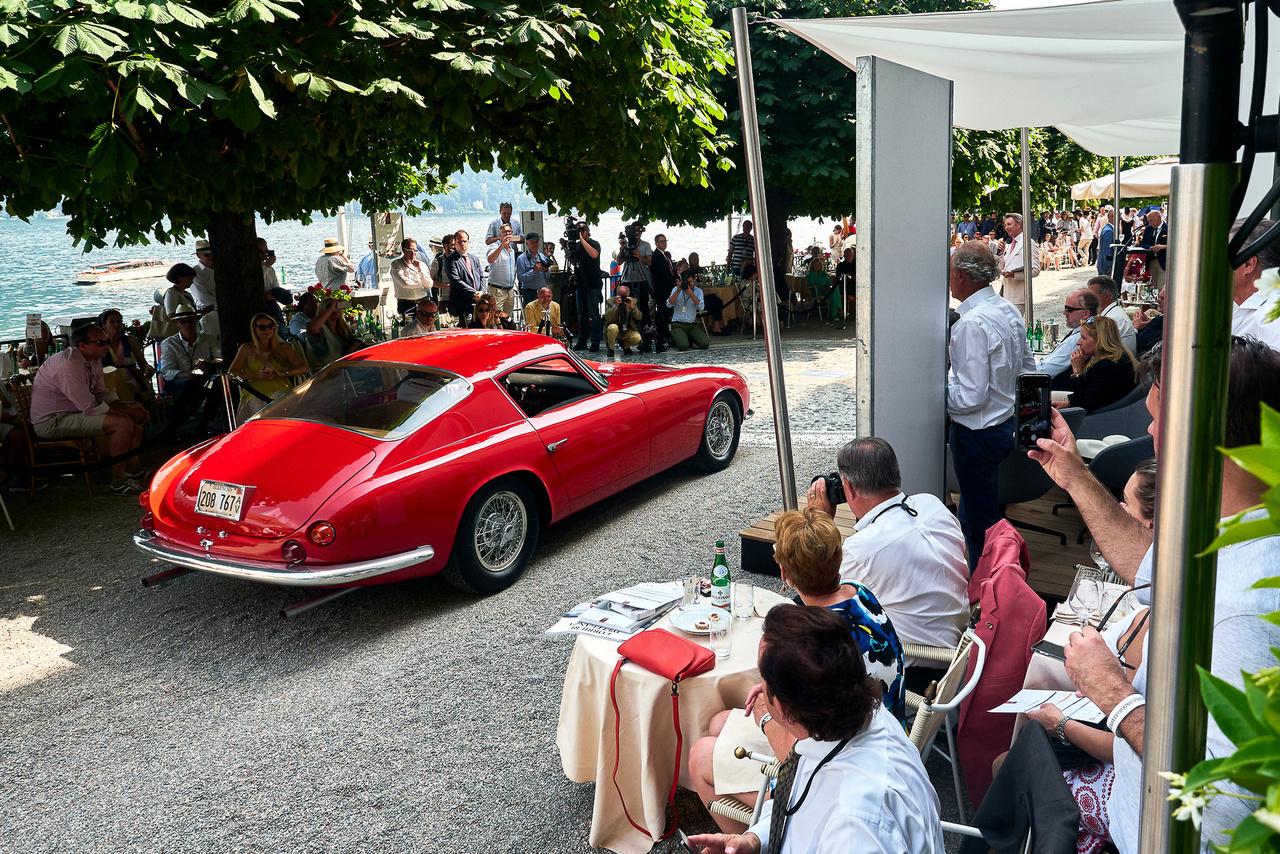 Chevrolet Corvette, 1959. Carroll Shelby, Gary Loughlin és Jim Hall ötlete volt, hogy egy erős amerikai gépet könnyű, formás európai köntösbe öltöztetve saját, ütőképes sportkocsit építsenek. A Ferrari 250 Tour de France-t készítő Sergio Scagliettit választották a munkára. Három autót rendeltek tőle, egy el is készült, ez itt. Aztán a GM vezetése megtiltotta, hogy további gördülő alvázakat szállítsanak az olasz mesternek, így a másik két autót az Államokban fejezték be. Ez a gép 1961-ben kapta meg befecskendezős, 283 köbinches, 315 lóerős Small Blockját.