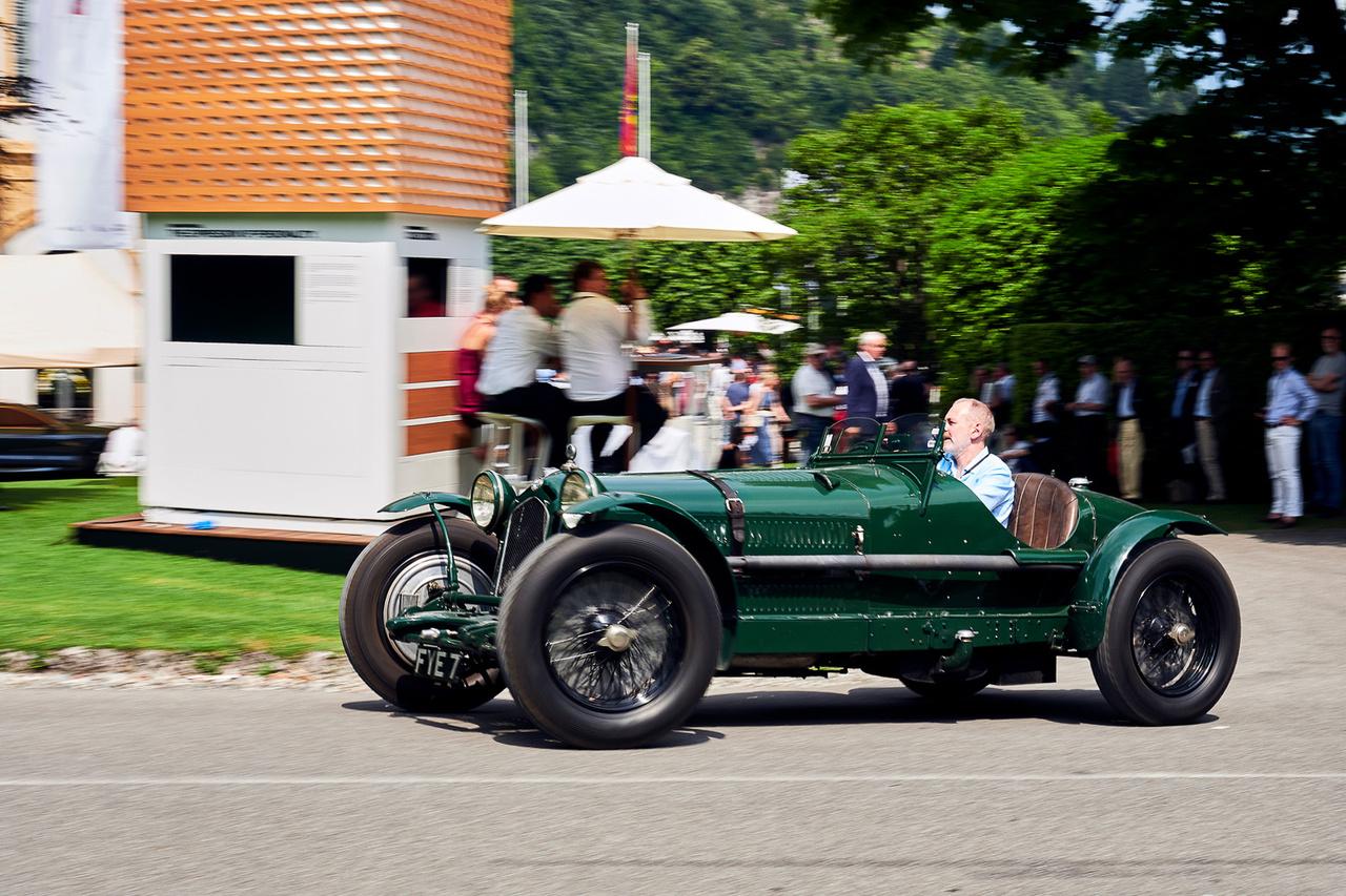 Alfa Romeo 8C 2300 Monza, 1933. Az egyik kedvencem az egész rendezvényről. Állva fantasztikusan néz ki, de amikor megindul… gazdája akkorát ment vele vissza a parkolóba, hogy csak néztünk. Vaddisznó módjára indult meg, hihetetlen hangaláfestéssel körítve. Tökéletesen ötvözi a filigrán Bugattik és tankszerű Bentley-k minden jó tulajdonságát, a nyolchengeres, Vittorio Jano-tervezte 2338 köbcentis motor 178 lóerős. A British Racing Green szín autentikus, így szállították le Angliába, ahol a későbbi sebességi rekorder John Cobb is versenyzett vele.