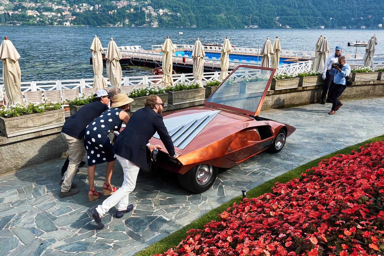 """Lancia Stratos Zero, 1970. A maga 84 centis magasságával akkora ikon, hogy azt le sem lehet írni. Hát persze, hogy megnyerte a """"Hollywood on the Lake – Stars of the Silver Screen"""" kategóriát; ugye, ezt nem kell lefordítani. A tizenhat évesnél fiatalabb látogatók különdíja is hozzá vándorolt, pedig ők nem nagyon láthatták a Michael Jackson-féle Moonwalkert, amiben egy replika szerepelt. A zseniális Marcello Gandini által tervezett gépet Nuccio Bertone a sorompó alatt vezette be a Fiat központjába."""