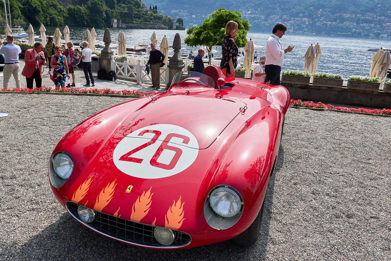 Ferrari 750 Monza, 1955. A Ferrariról általában a sokhengeres, de nem túl nagy hengerűrtartalmú motorok juthatnak eszünkbe. Érdekes, hogy egy időben készítettek kétezres V12-est és háromezres sornégyest – mint amilyen a képen látható kocsit is hajtja. Többek között Umberto Maglioli, Mike Hawthorn és Alfonso de Portago márki is versenyzett vele.