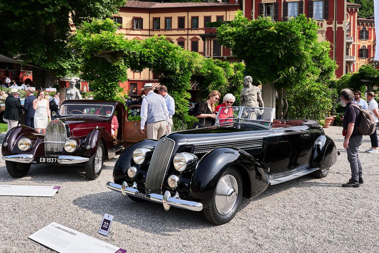 """Bugatti 57 Atalante, 1937 és Lancia Astura Serie 3, 1936. Az """"Art Deco éra nagy túrakocsijai"""" kategória második és első helyezettje, nem véletlenül. Az akkori Bugattikat általában a Saoutchik vagy a Figoni&Falaschi látta el felépítménnyel, ez a karosszéria azonban Jean Bugatti munkája. Ötven kupé készült a mitológia amazon nevét viselő típusból, közülük 33 volt ilyen hosszú tengelytávú változat.                          A Lancia még érdekesebb: szűk hengersorú, mindössze 19 fokos V8 mozgatja az 5,4 méter hosszú kabriót. A Pinin Farina csak hat ilyet készített, hármat rövid, 3,10 méteres tengelytávval, hármat pedig hosszú, 3,33 méteressel, mint amilyen ez a restaurálatlan példány is."""