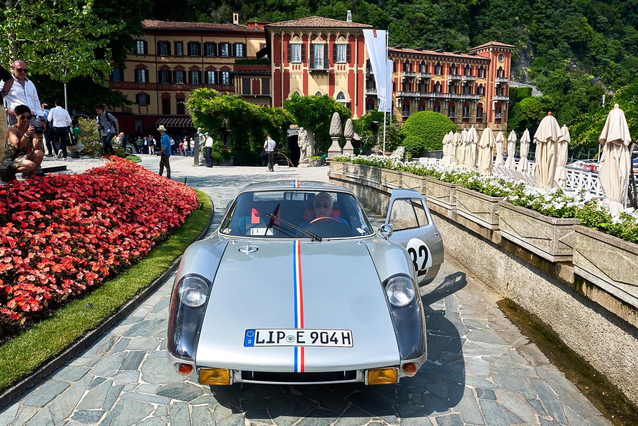 Porsche Carrera GTS, 1964. Valószínűleg az utolsó olyan utcai autó, amivel tényleg komoly versenyt lehetett nyerni. Ez a közúti forgalomra engedélyezett GTS megnyerte kategóriáját az 1964-es Le Mans-i 24 óráson. A négyhengeres boxermotor 1966 köbcentis, 180 lóerős, az üvegszál erősítésű műanyag karosszériával csak 710 kiló a saját tömege. 107 centi magas (vagyis alacsony). Kategóriájában második lett a Best of Show díjas Ferrari 335 mögött.