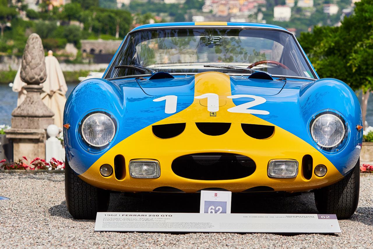 Ferrari 250 GTO, 1962. Rendben, a világ egyik legdrágább autója és egyúttal az egyik legsikeresebb sportkocsi, de miért nem piros? – kérdezi az átlagnéző. A kék-sárga festés ugyan fura, de egyáltalán nem áll rosszul a gépnek, sőt, magyarázat is van rá: az első tulajdonos, Volpi gróf a svéd Ulf Norindernek adta el 1963-ban. Tegnapelőtti hír, hogy hogy egy GTO 70 millió dollárért kelt el, új rekord.