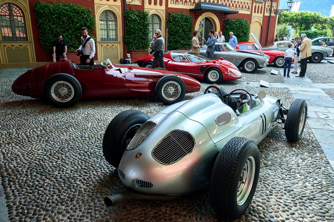 Porsche 718/2, 1960 és Maserati 250F, 1954. Csak öt ilyen Porsche készült és ez az egyetlen közülük, amely F1-futamot nyert. Vezette Surtees, Herrmann, Bonnier, von Trips, Gendebien és még sokan mások. Abban is egyedülálló, hogy négy évig szerepelt a királykategóriában. Ezt a Maseratit hajtotta Fangio, Moss, Villoresi, Musso, Behra, a régi idők legendás hölgyversenyzője, Maria Teresa de Filippis, és még sokan mások. Melyik a nagyobb?
