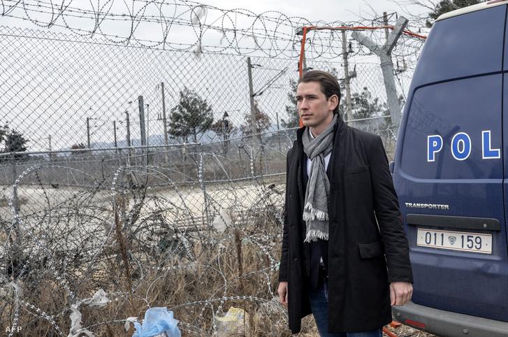 Sebastian Kurz még külügyminiszterként a macedón-görög határon 2017. február 12-én