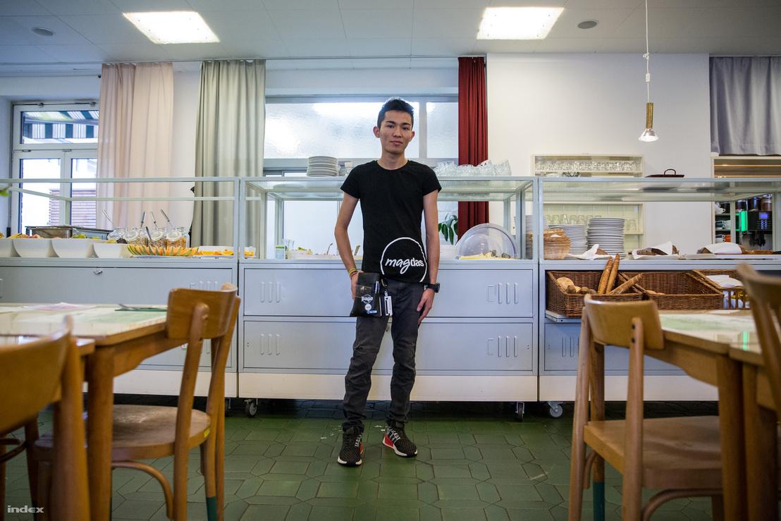 Abdul gyerekként menekült el Afganisztánból, végig gyalog jött, jelenleg 16 éves és iskolai gyakorlatát tölti a Magdas Hotelben, abban a bécsi szállodában, ahol kizárólag menekültek dolgoznak.