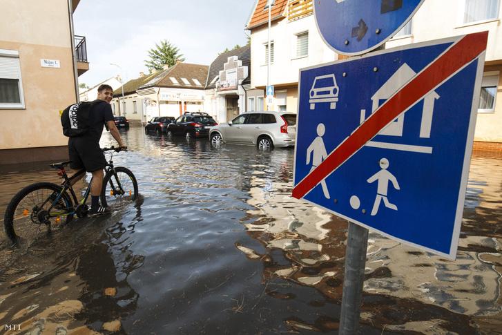 A Május 1. utcában áll a víz.