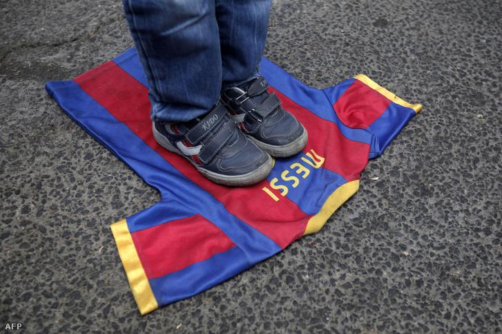 Egy palesztín fiú Messi mezén tapos egy tüntetésen a jeruzsálemi spanyol konzulátus előtt.