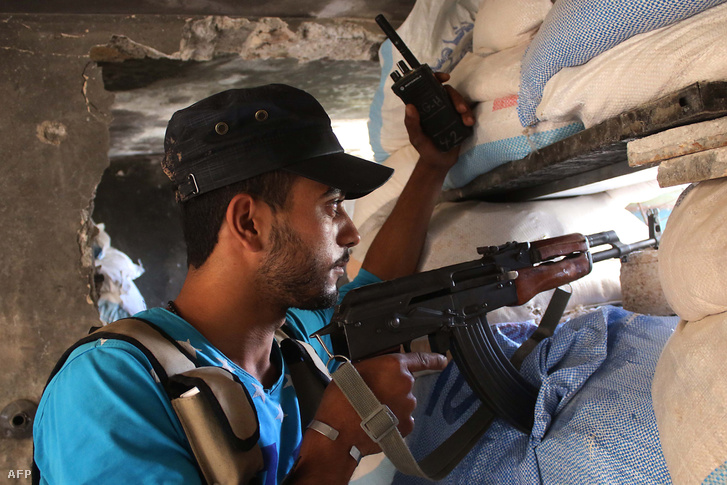 Szír harcos egy AK-47-essel Daraa-ban 2018. június 3-án