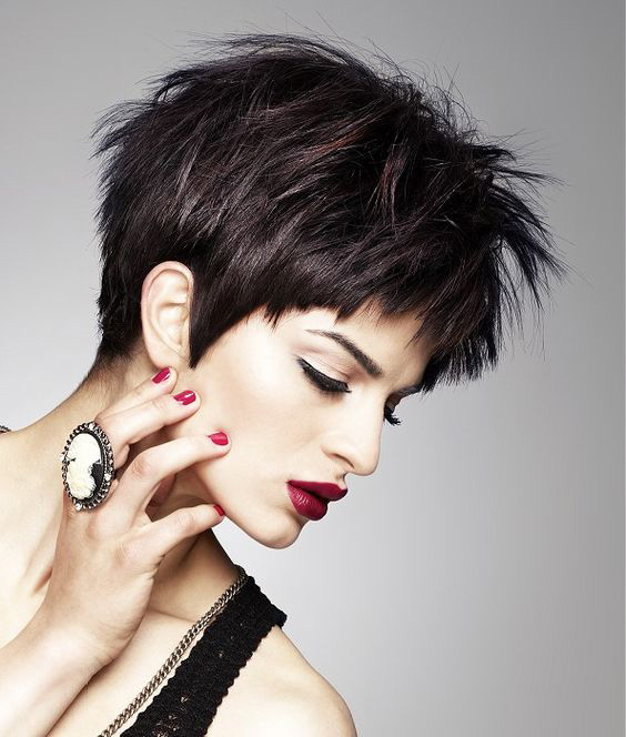 A rövid haj extra trendi lesz tépett változatban. Kiemeli, nyújtja az arcot, és magabiztos, határozott, mégis nőies külsőt ad.