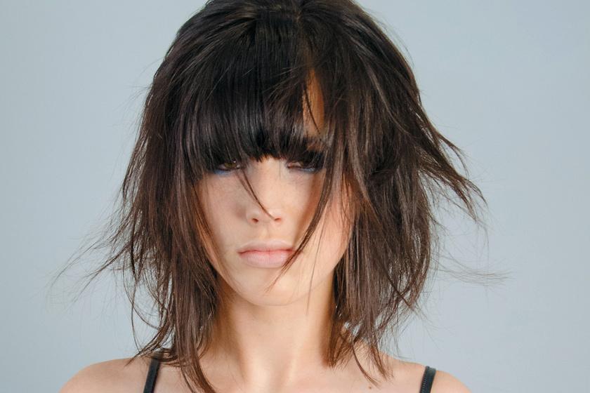 Visszatér a divatba a 90-es évek kedvenc frizurája: így hordd nyáron a szexi, tépett fazont