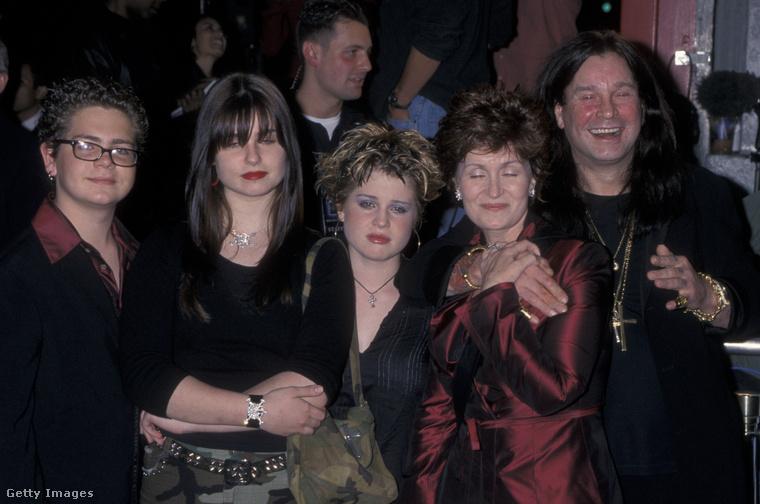 A képen balról jobbra: Jack Osbourne, Aimee Osbourne, Kelly Osbourne, Sharon Osbourne és Ozzy Osbourne.
