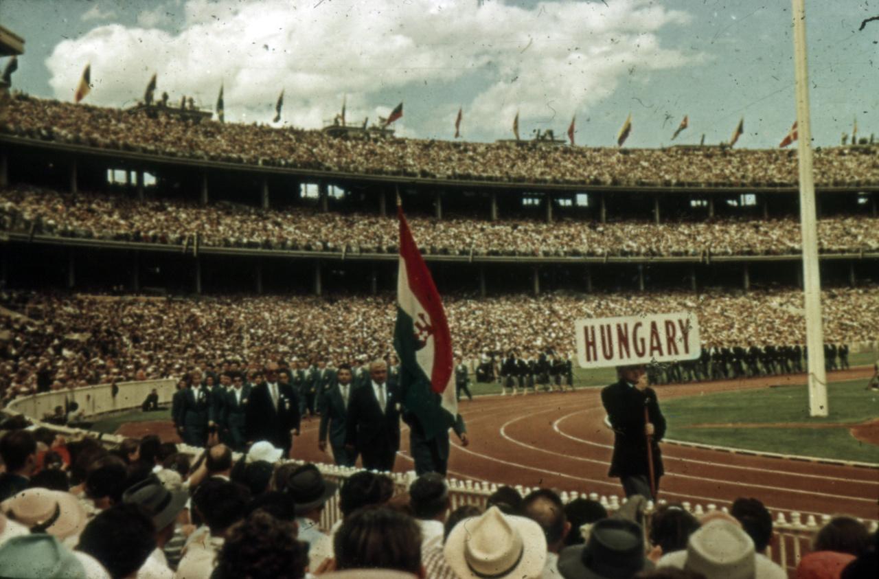 A magyar csapat kapta a legnagyobb tapsot, Hegyi Gyula sportvezető a zászló mögött