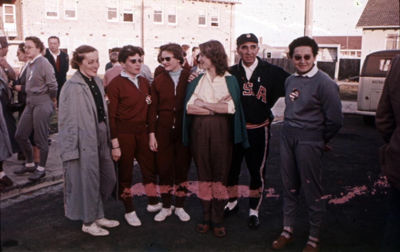 A háttérben Temes Judit. Littomericzky, Székely Éva, Dömölky Lídia összefont karokkal, egy amerikai látogató valamint Gyenge a kép szélén