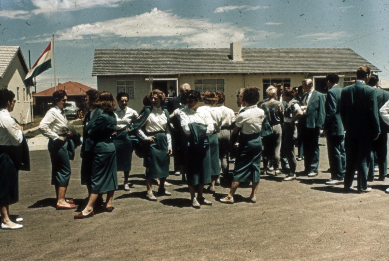 A melbourne-i olimpiai falu előtt gyülekeznek a megnyitóra.