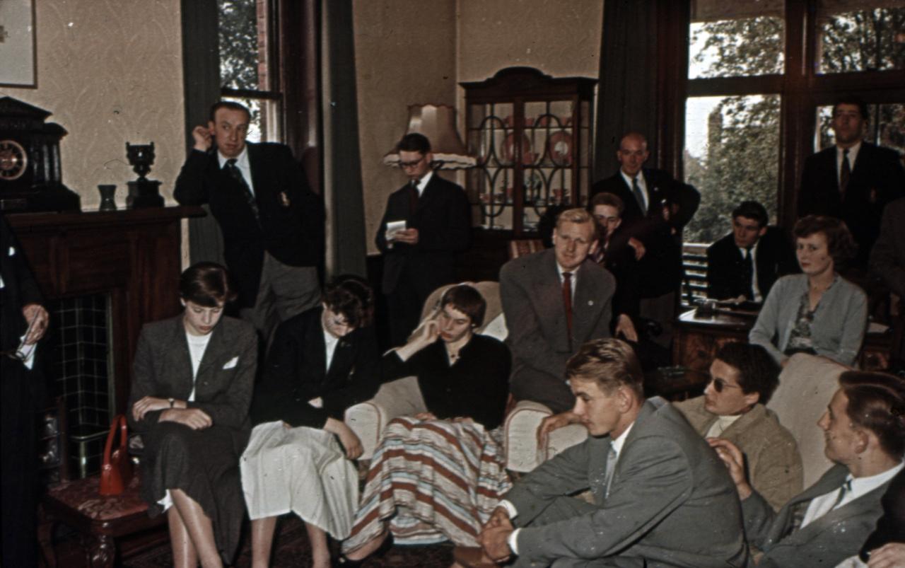 A csapatgyűlés, ahol hallgatják a híreket. A szovjet csapatban szerepelt a munkácsi Beca József, ő arról informálta a magyarokat, miket hall a másik oldalról.