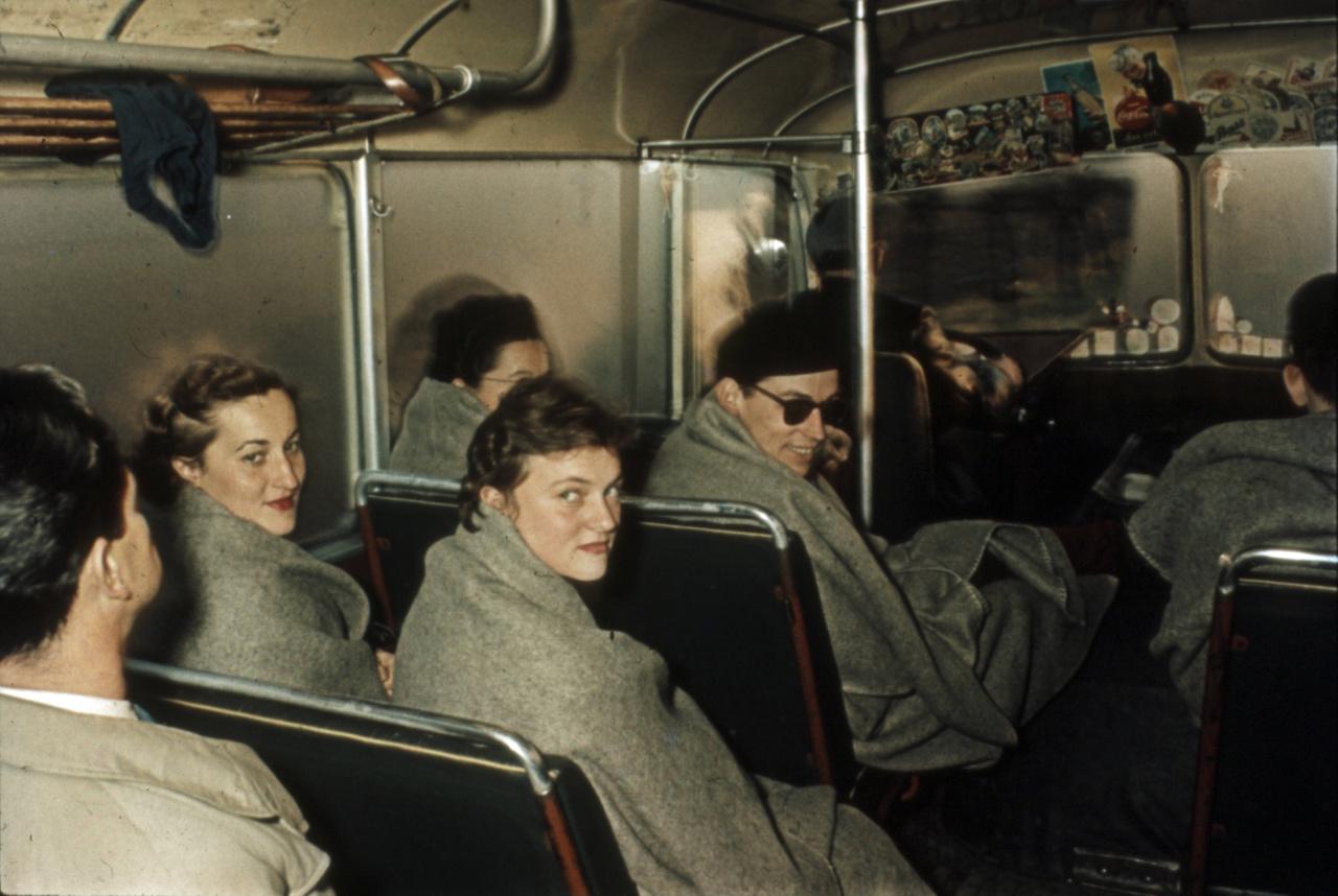 Littomericzky Mária, a mellúszásban ötödik Killermann Klára, az ablak mellett takarva Gyenge, és a gyorsúszó Csordás György. Buszoznak Prága felé. A magyar küldöttség Nymburkban várta, hogy jöjjön értük a repülő, ami több átszállással elvitte Ausztráliába.