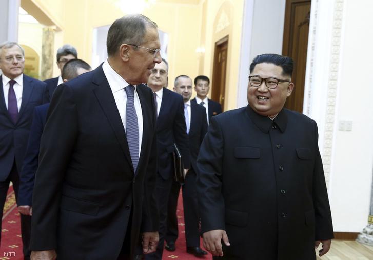 Kim Dzsong Un elsőszámú észak-koreai vezető, a Koreai Munkapárt első titkára (j) fogadja Szergej Lavrov orosz külügyminisztert Phenjanban 2018. május 31-én.