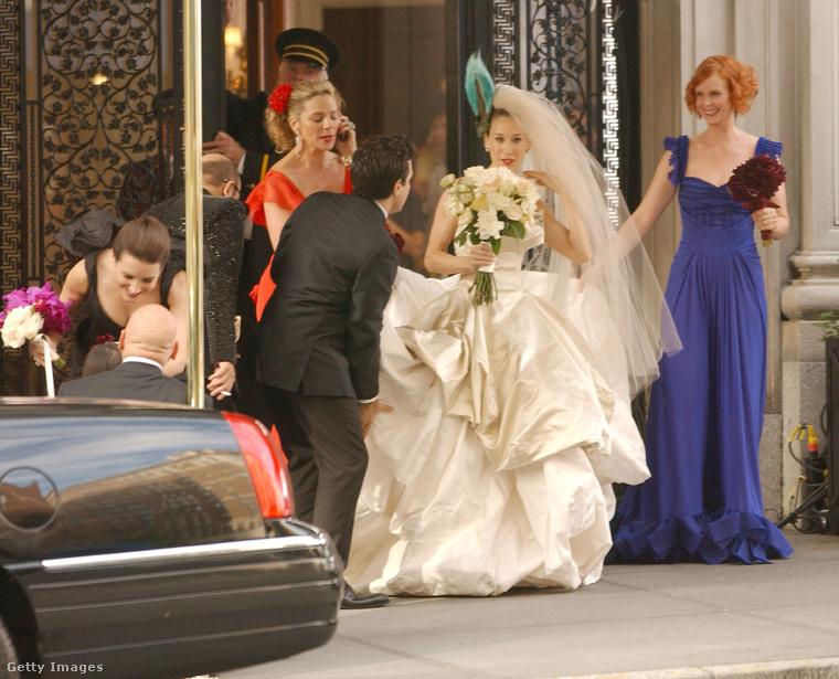 A sorozatból két mozifilm készült, ez itt az egyik híres jelenet az elképesztően nagy menyasszonyi ruhával.