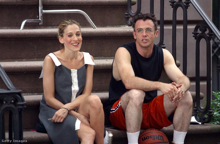 Carrie sokat lelkizett a lakása előtti lépcsőn ülve, itt épp Miranda pasijával, Steve-vel beszélget