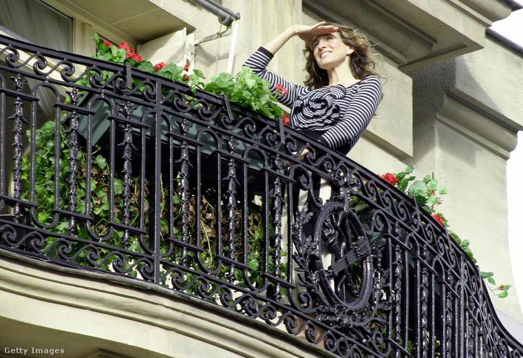 Válogatásunkból nem maradhatott ki a párizsi erkélyjelenet, amelyben Carrie felsője a lényeg, csíkos is meg rózsás is, aaaw