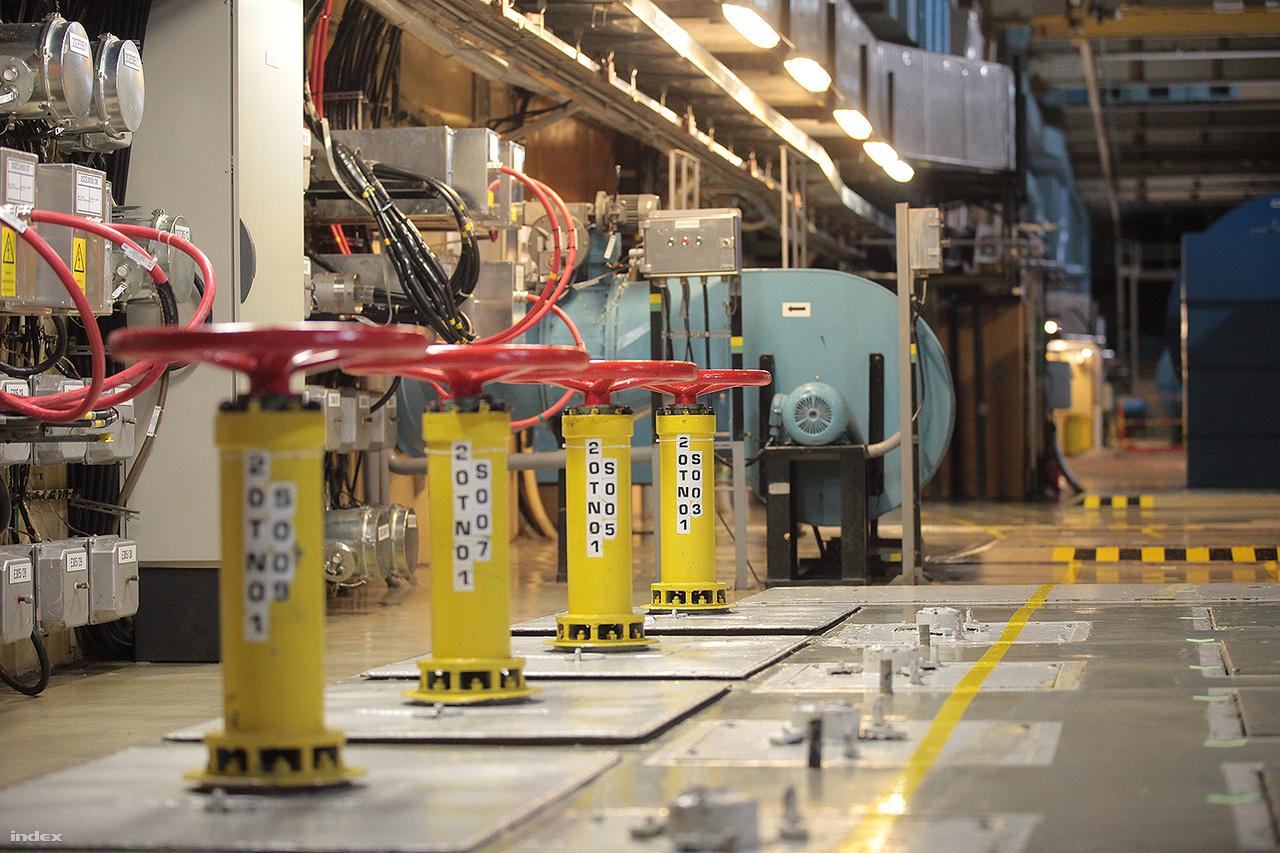 A reaktorcsarnok szellőzéséért felelős berendezések.