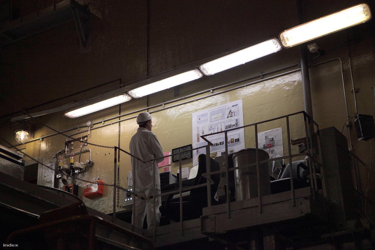 A vonattal beérkező üzemanyagrudakat a darukezelő emeli a raktárban a tárolórekeszben kijelölt helyükre.