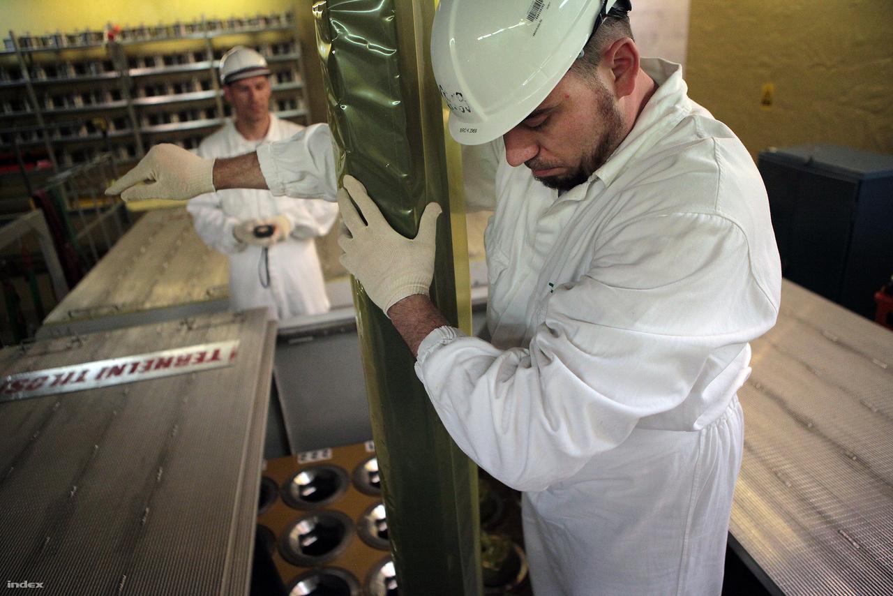 A dolgozók összehangolt munkája kell az üzemanyagrudak precíz kezeléséhez.