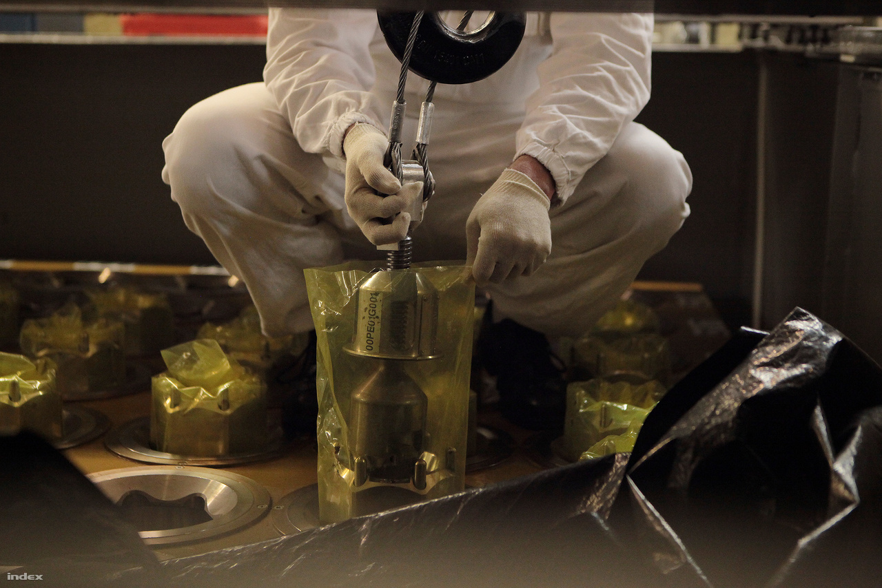 Az urán-dioxiddal töltött, vastag falú acélból készült rudak kifelé nem sugároznak, kezelésükkor nem éri sugárterhelés a dolgozókat. A kesztyű sem a dolgozó kezét védi, hanem az acélrudat, mivel nem lenne szerencsés, ha az ember bőréről zsír kerülne rá és onnan a reaktorba.