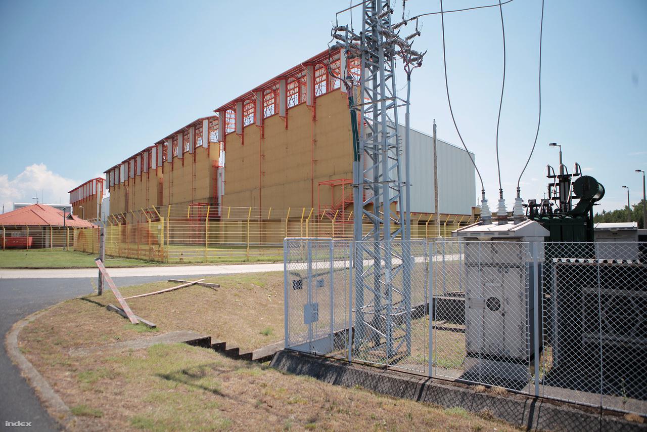 A KKÁT moduláris létesítmény, igény szerint bővíthető. Árvíz, talajvíz és földrengésbiztos, a fölötte lévő légtér 5950 méteres magassági zárt, csakúgy mint az erőmű esetében.