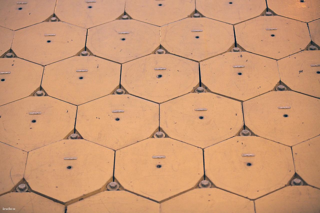 A hatszög alakú fedelek függőlegesen tárolt, kiégett üzemanyagkazettákat rejtenek. A sugárzó anyag által termelt maradékhőt a levegő természetes huzathatásán alapuló hűtőrendszer vezeti el, működéséhez ezért nincs szükség áramra.