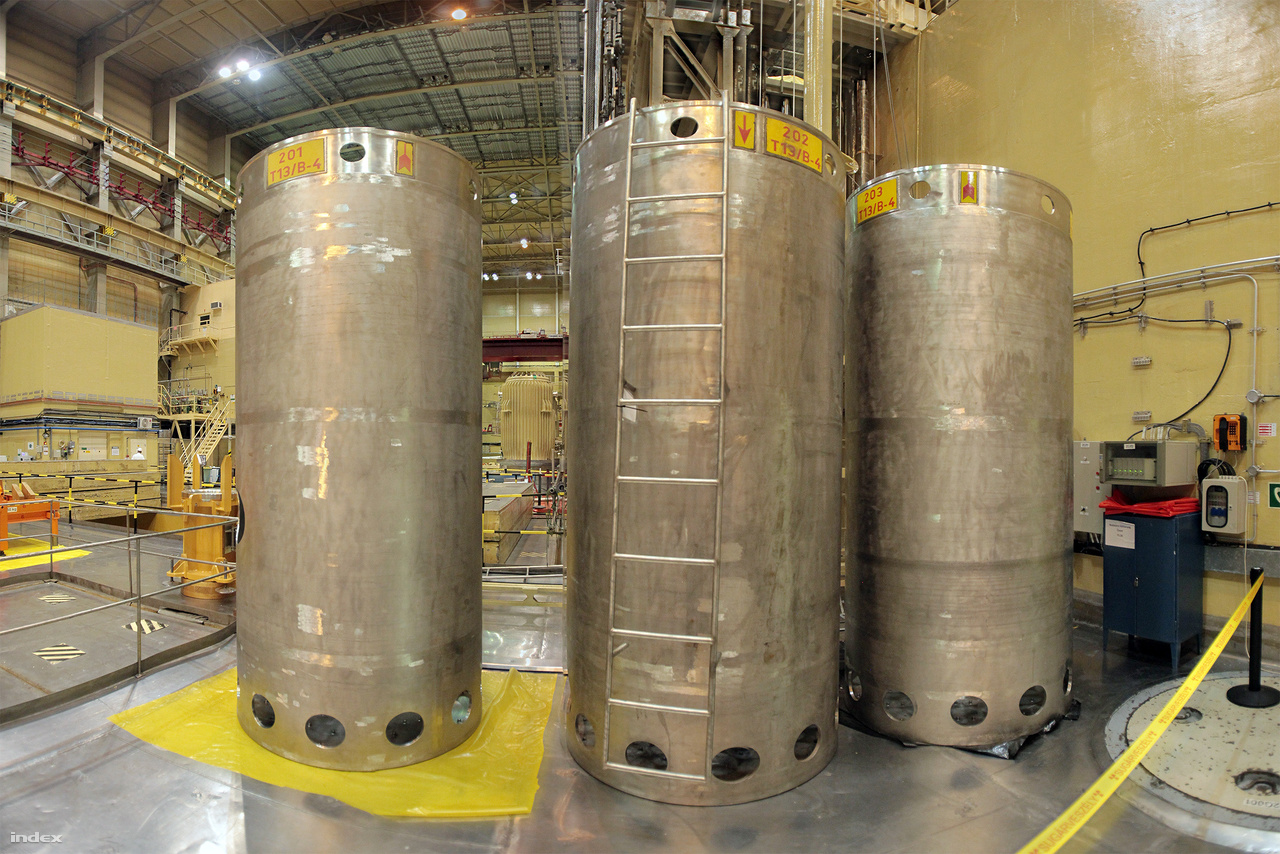 Ezekben a tartályokban vannak az urán-dioxid pasztillákkal töltött fűtőanyagrudak, amik a reaktorokba helyezve termelik az energiát.