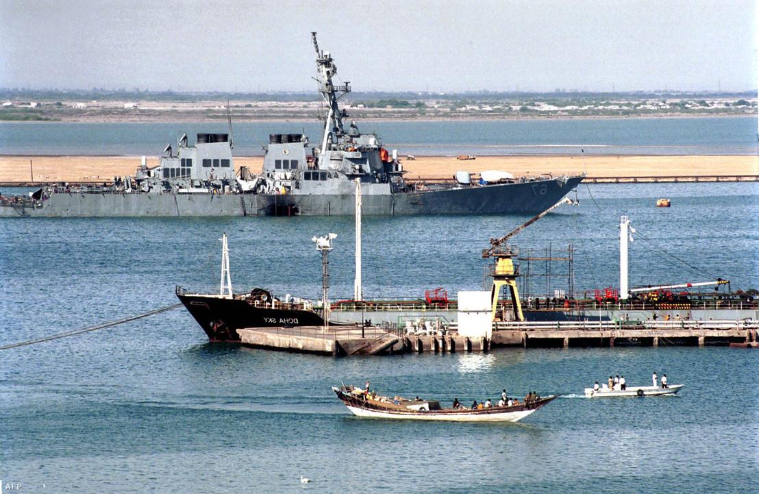 A megsérült USS Cole amerikai hadihajó Áden kikötőjében 2000. október 20-án