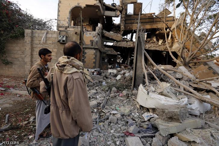 Jemeni férfiak a Szaúd-Arábia vezette nemzetközi szövetség légicsapásai következtében megsemmisült épületek romjai között a jemeni fővárosban, Szanaában 2018. június 6-án. A támadás következtében legkevesebb 9 ember életét vesztette.