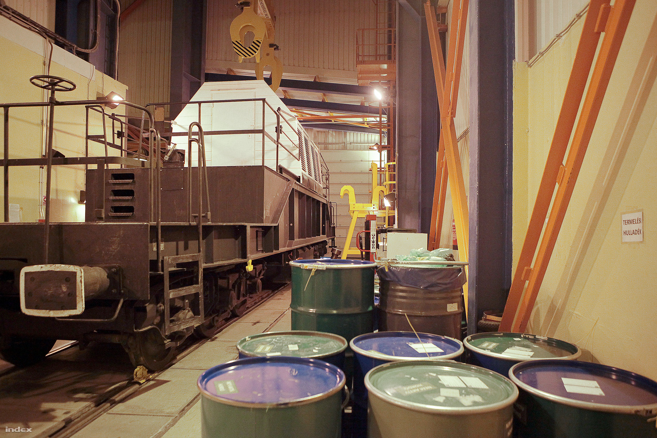 A kiégett fűtőelemeket vonat viszi az erőmű területén található átmeneti tárolóba. Egy konténerben legfeljebb harmic kazetta helyezhető el.