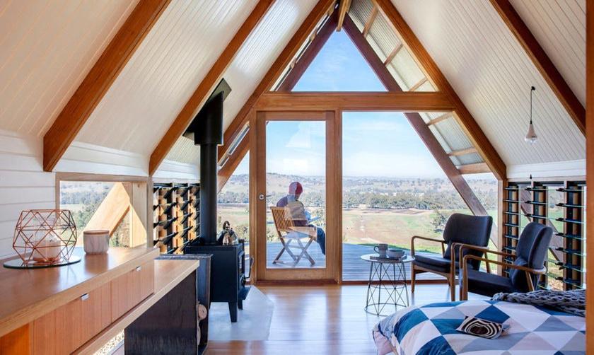 Az A-alakú házikó összhangban van a természettel, az anyagválasztás is tudatos volt: ausztrál keményfából épült.