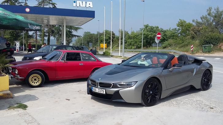 A BMW M5-i8 roadster szlovéniai tesztelésén találtunk egy hajszálpontosan olyan autót, mint az enyém, szintén 1971-es, piros 1300 GT Junior. Csak ezt megfelnisítették, megfakormányosították, valami csüccs is van alatta