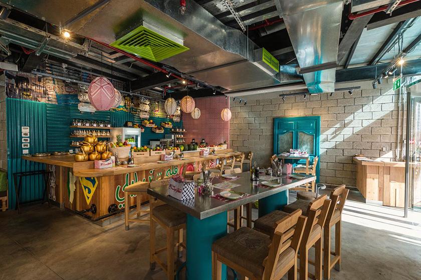 A Zaroob hangulatos, arab csemegéket kínáló étteremláncában 1500-2000 forinttal egyenlő dirhamért már bőségesen jóllaksz, ám közben autentikus kóstolót kapsz a helyi specialitásokból.