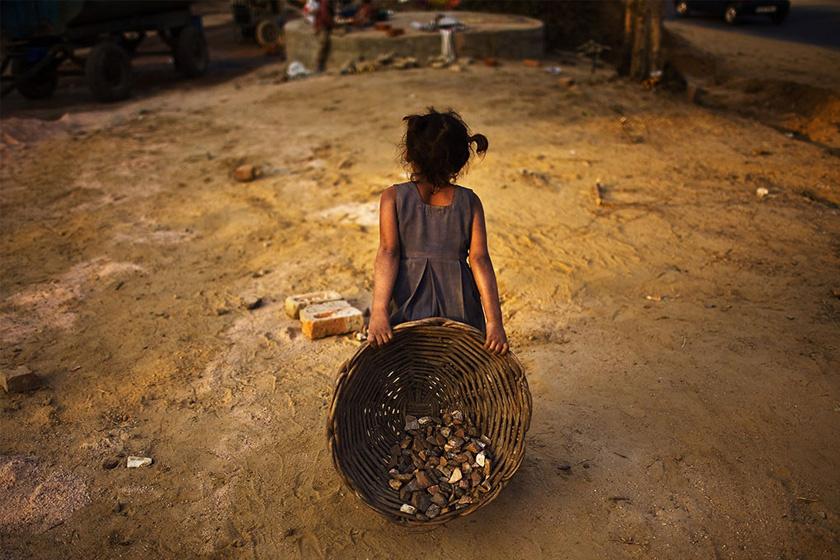 Gyermekmunkások fiúk és lányok közül egyaránt kikerülnek.