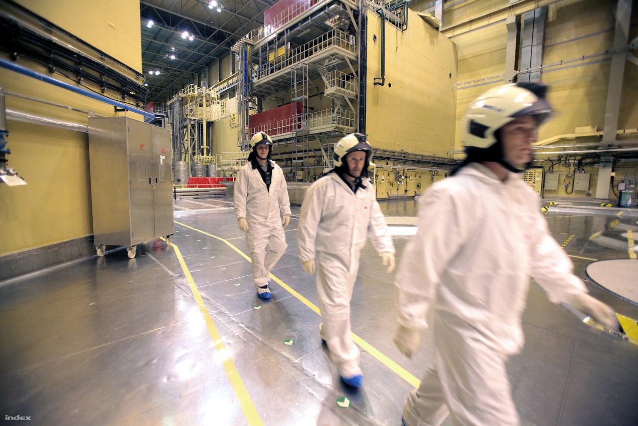 Tűzoltók a reaktorcsarnokban. Mivel nem futottak, nem kellett izgulni.