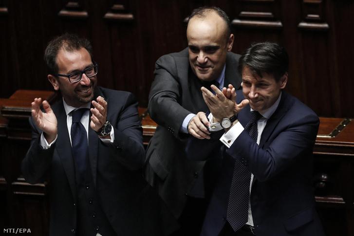 Giuseppe Conte olasz miniszterelnök (j) miután az olasz parlament alsóháza a képviselőház bizalmat szavazott a populista Öt Csillag Mozgalom (M5S) és az euroszkeptikus Liga szövetségével létrejött Giuseppe Conte vezette új kormánynak a római parlamentben 2018. június 6-án