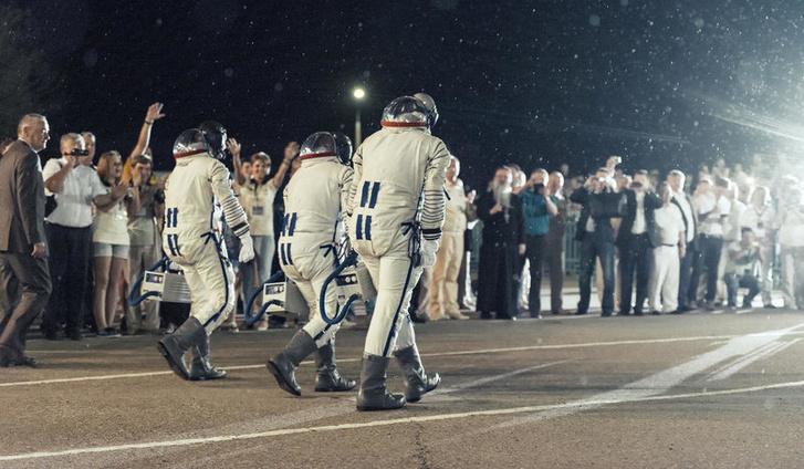 Űrhajósok Bajkonurban, úton a busz felé, ami elviszi őket a rakétáig