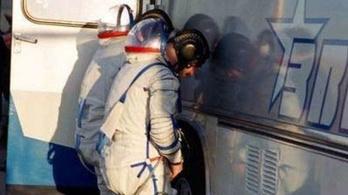 Az megvolt, hogy az űrhajósok babonából buszkerékre pisilnek?