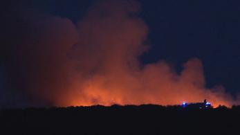 Sűrű fekete füst gomolygott Hatvan mellett
