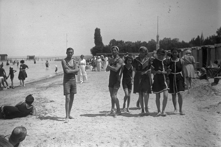 Az 1917-es siófoki nyár büszkén pózoló fiatalemberei és csinos kamaszlányai - természetesen sokat takaró fürdőruhában, kísérettel.