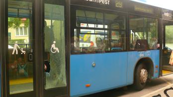 Akkorát vészfékezett a 29-es busz, hogy egy utas a fejével törte ki az ajtóüveget