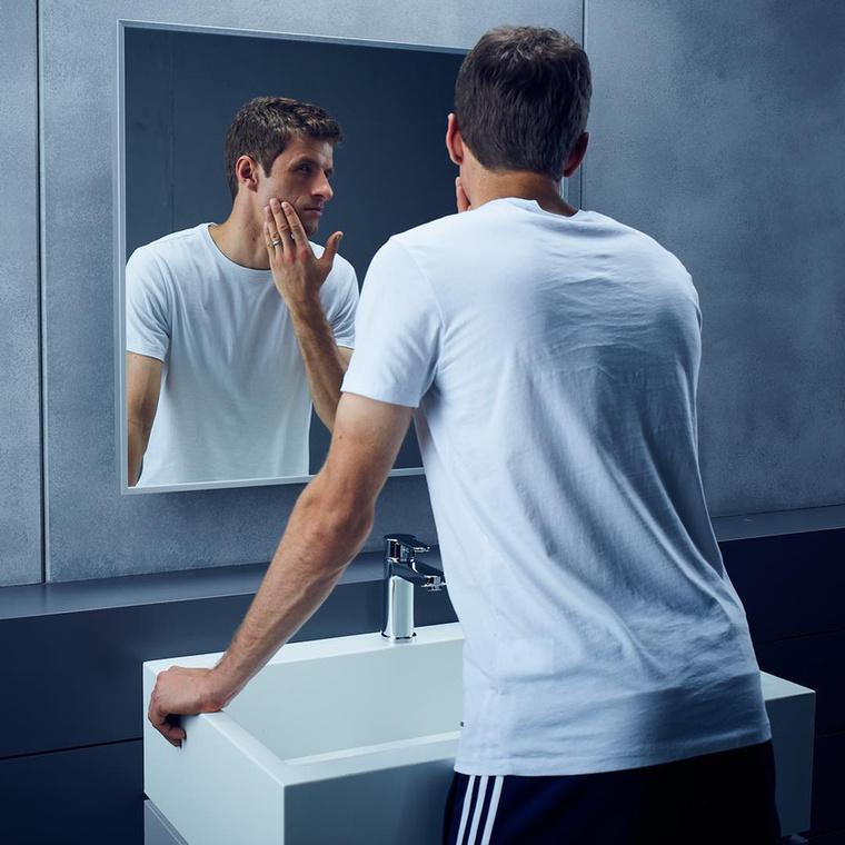 Egy focistáról általában ilyen komoly képek szoktak készülni, mint például ez a Gillette-reklám Thomas Müllerrel, aki a Bayern München játékosa és egyben a német válogatott tagja is.